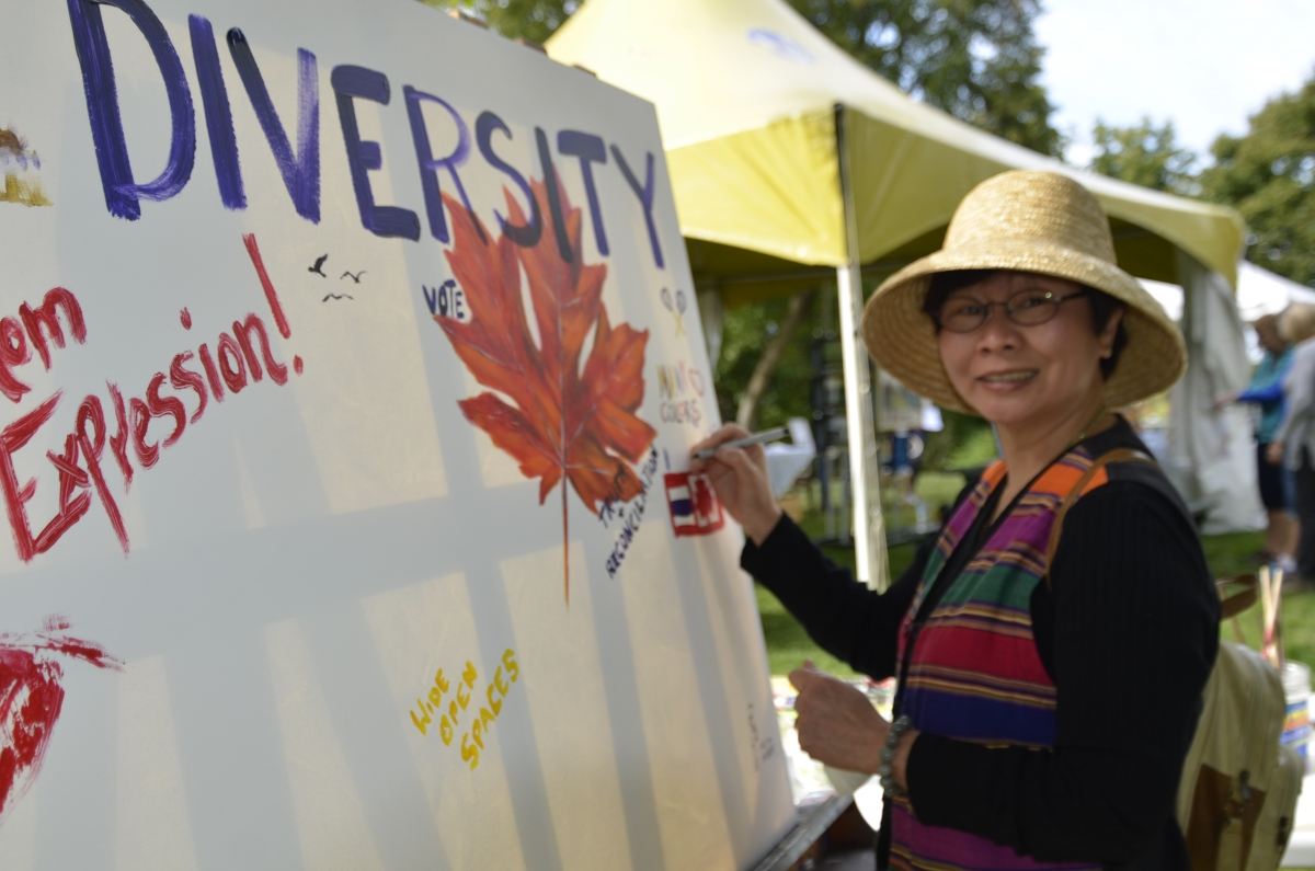 Photo women painting diversity sign